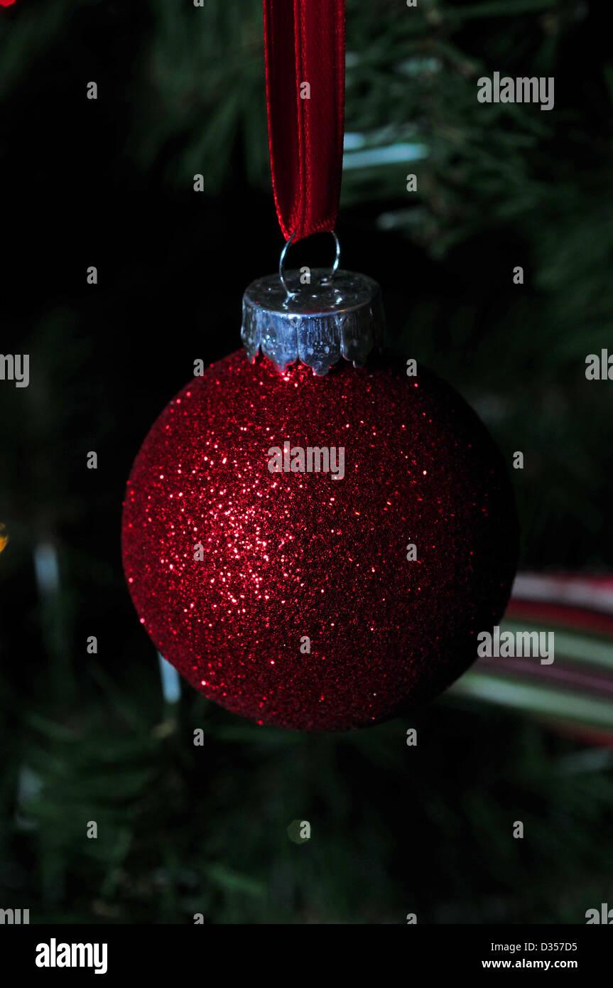 rot glitter Christbaumkugel für Chrismas tree Stockbild
