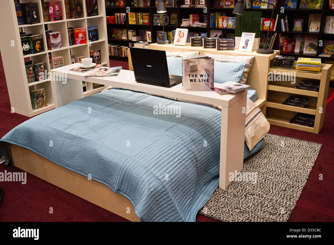 Ein Buchständer auf der internationalen Buchmesse in Jerusalem zeigt ...