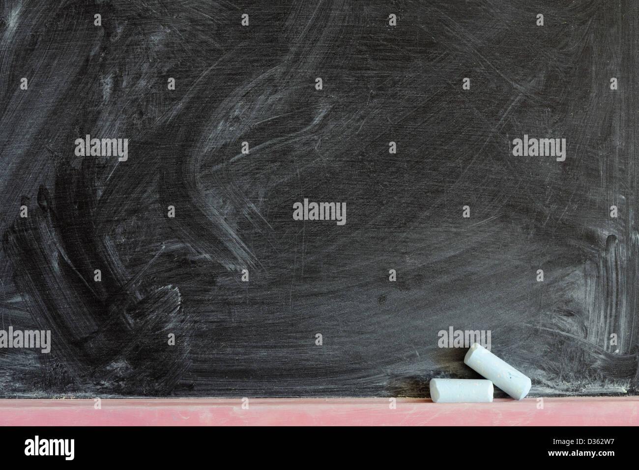 detaillierte schwarze Tafel Fragment mit zwei Kreide Stücke Stockbild