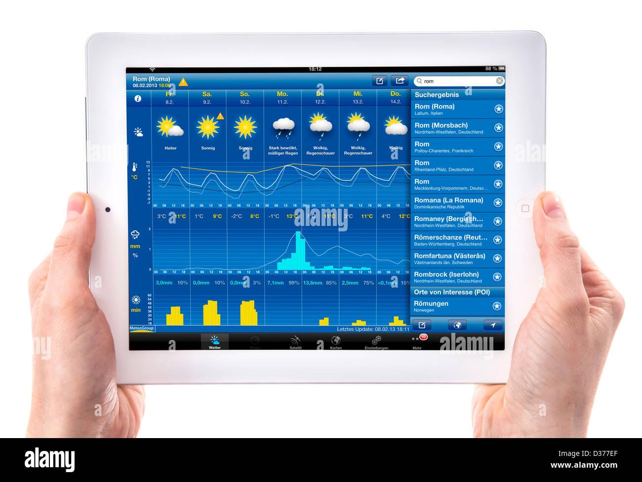 Person ist einen Tablet-Computer verwendet. Wettervorhersage-Website. Stockbild