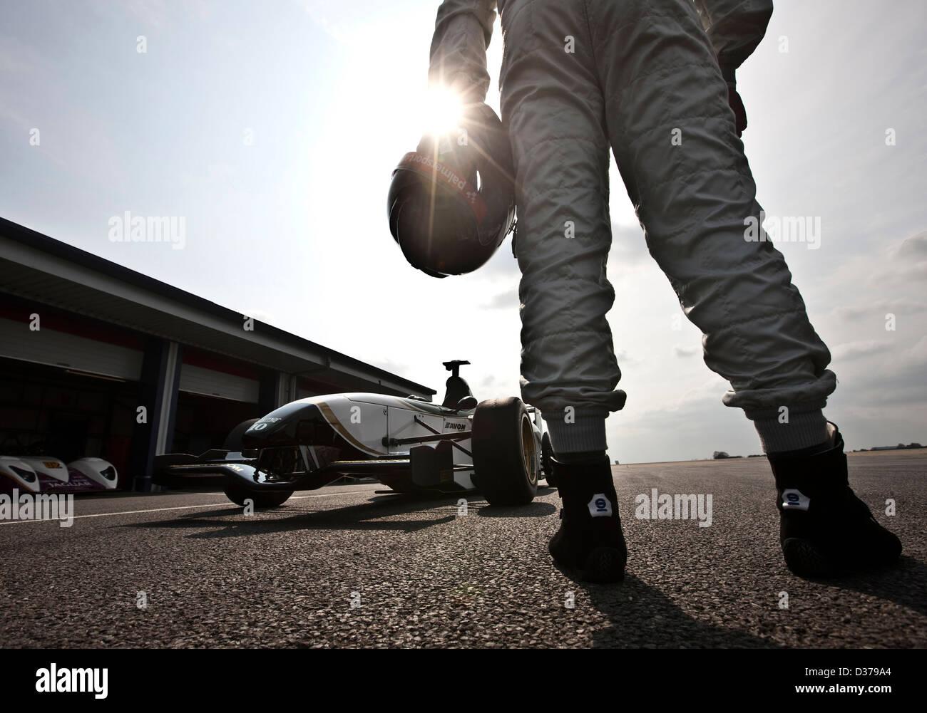 James Martin stehend mit Jaguar Formel 1 Rennwagen, Bedford Autorennbahn, UK 12 04 10 Stockbild