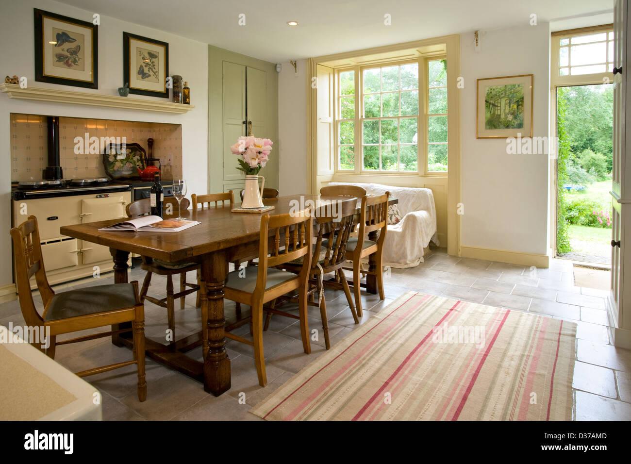 Ein traditionelles Bauernhaus Küche mit AGA-Herd. Hintertür offen ...