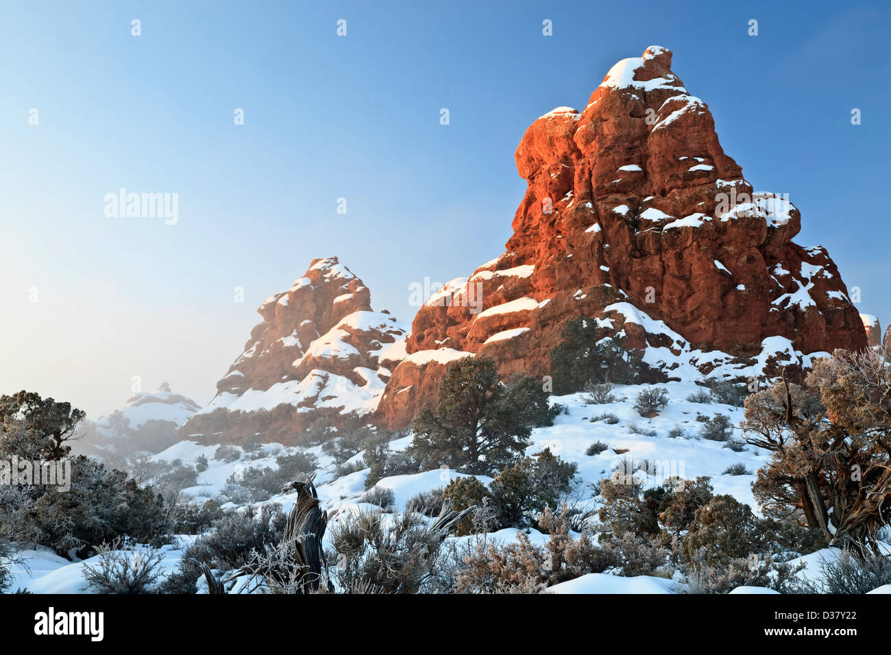 Sandstein-Formationen und Landschaft unter Schnee, The Windows Arches-Nationalpark, Utah, USA Stockbild