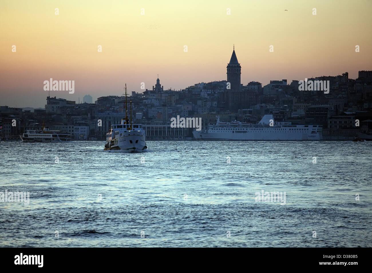Istanbul, Türkei, Schifffahrt auf dem Bosporus-Meerenge am Ausgang des Goldenen Horns Stockbild
