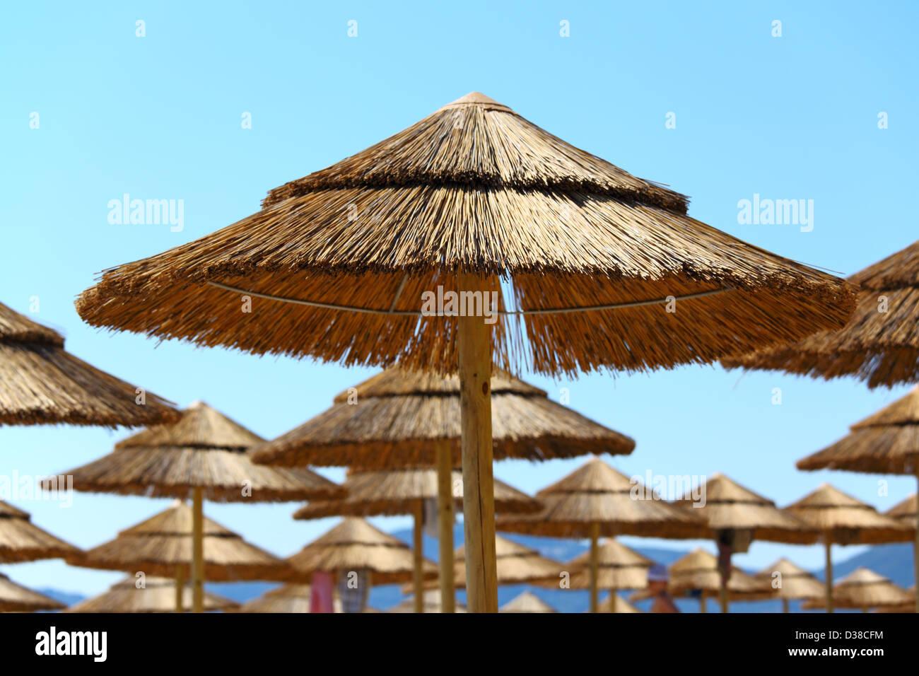 Stroh Sonnenschirme am Strand. Korfu, Griechenland Stockbild