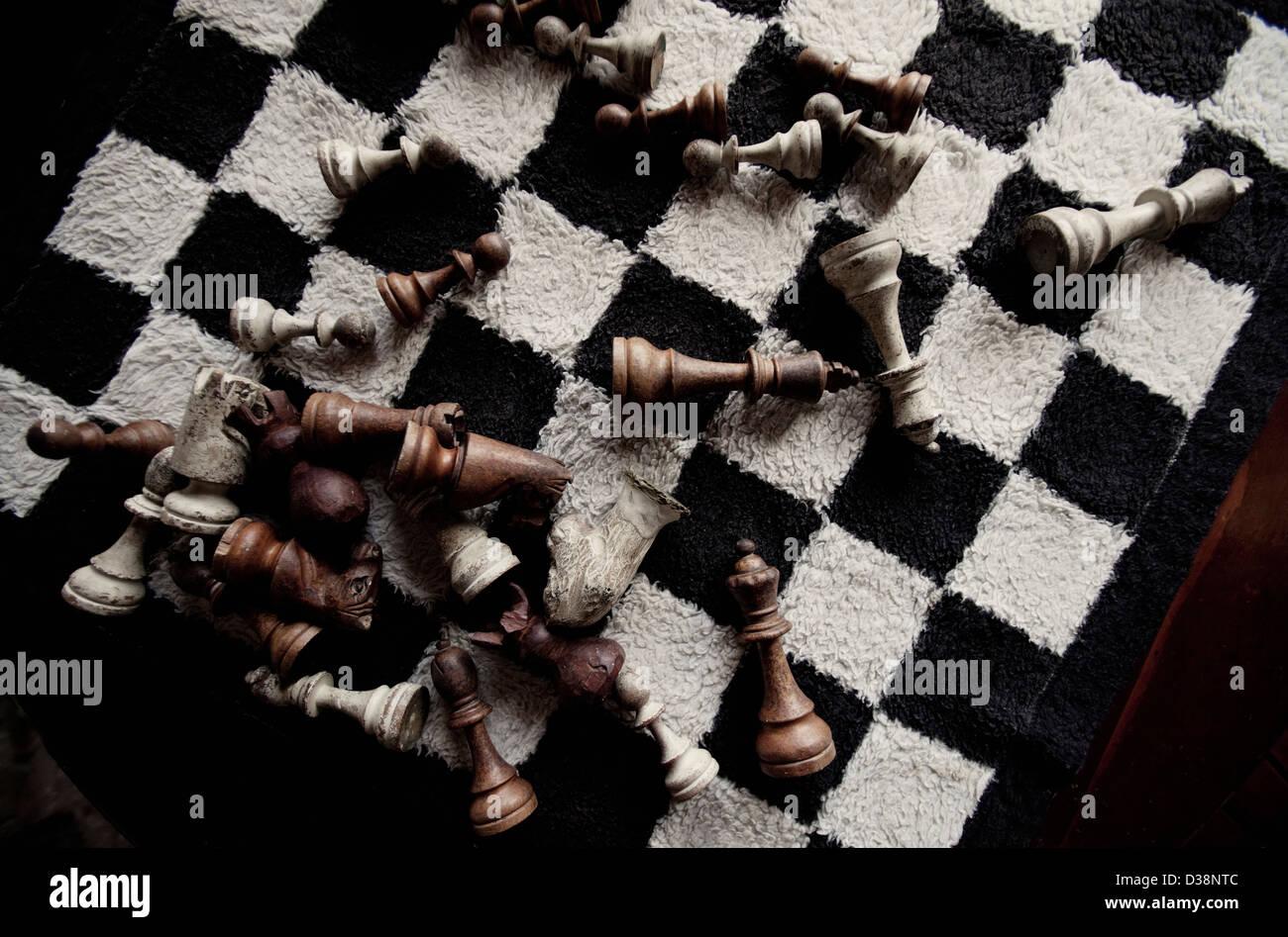 Spielsteine auf pelzigen Schachbrett Stockbild
