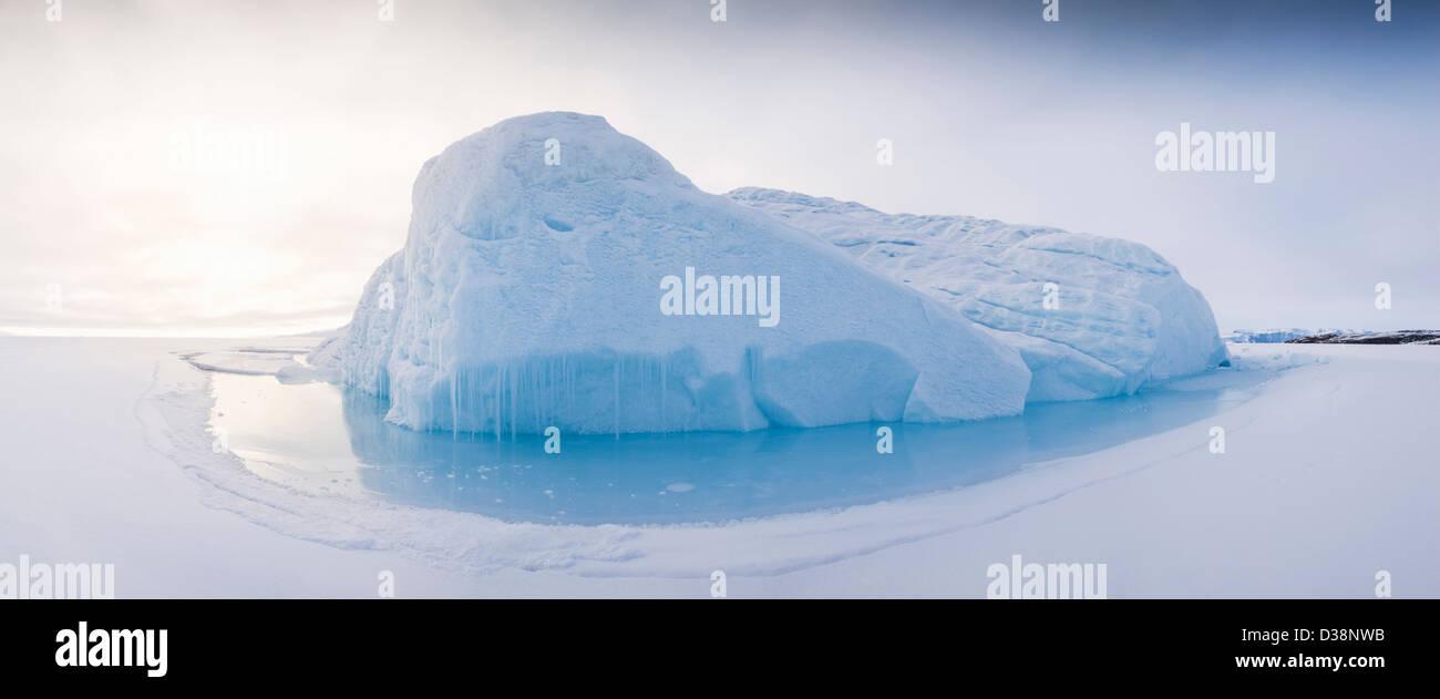 Verschneite Gletscher im arktischen Wasser Stockbild