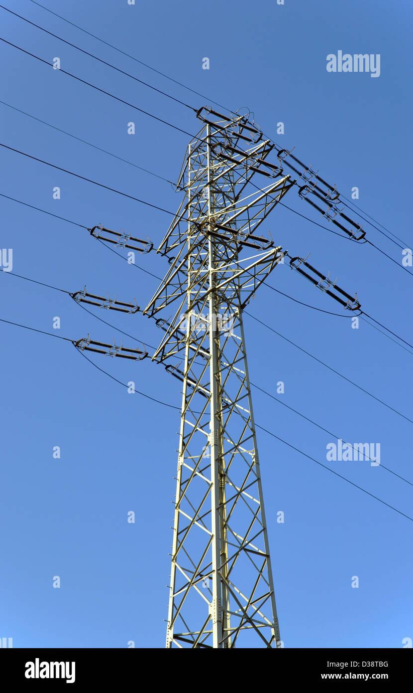 Hohe Spannung Strom Linie Pylon am blauen Himmel Stockbild