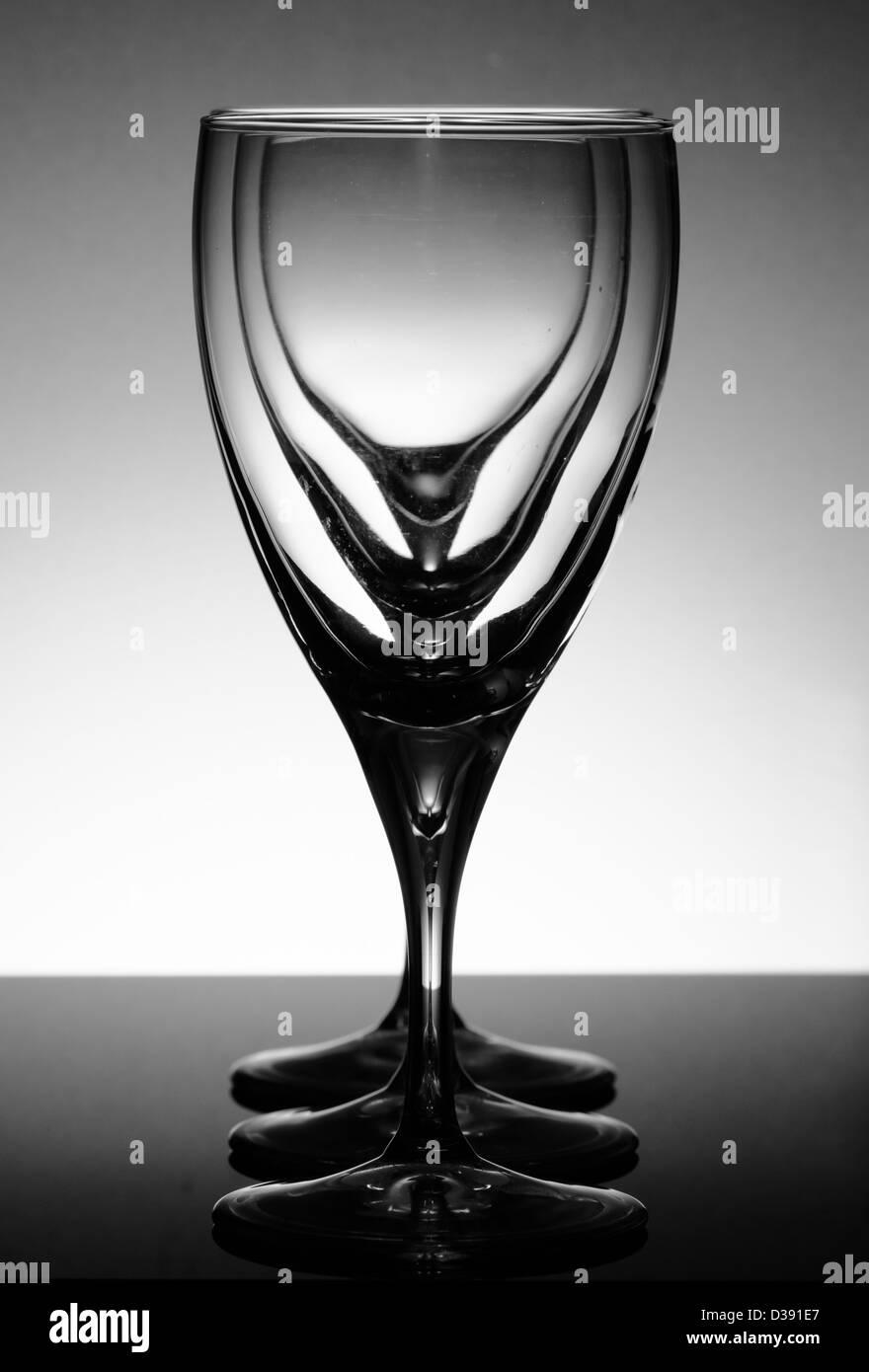 schwarzen & weiße Gläser in einer Reihe Stockbild