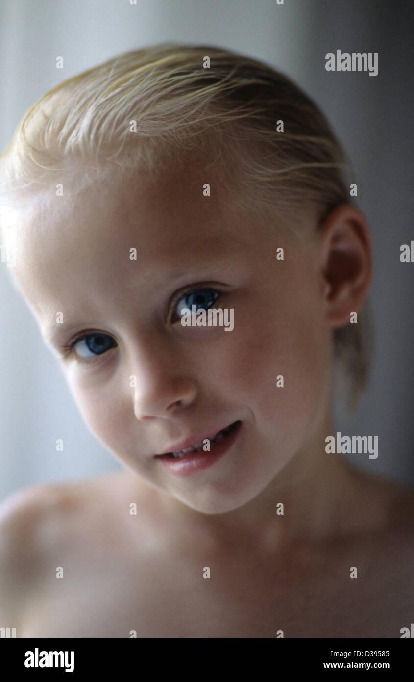 Kinder Portrat Eines Jungen Madchens Im Alter 5 Jahre Alt Blonde