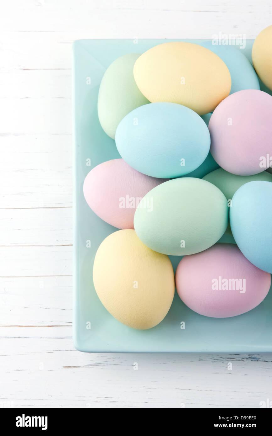Bunte Pastellfarben Ostereier auf weißem Holz Hintergrund Stockbild