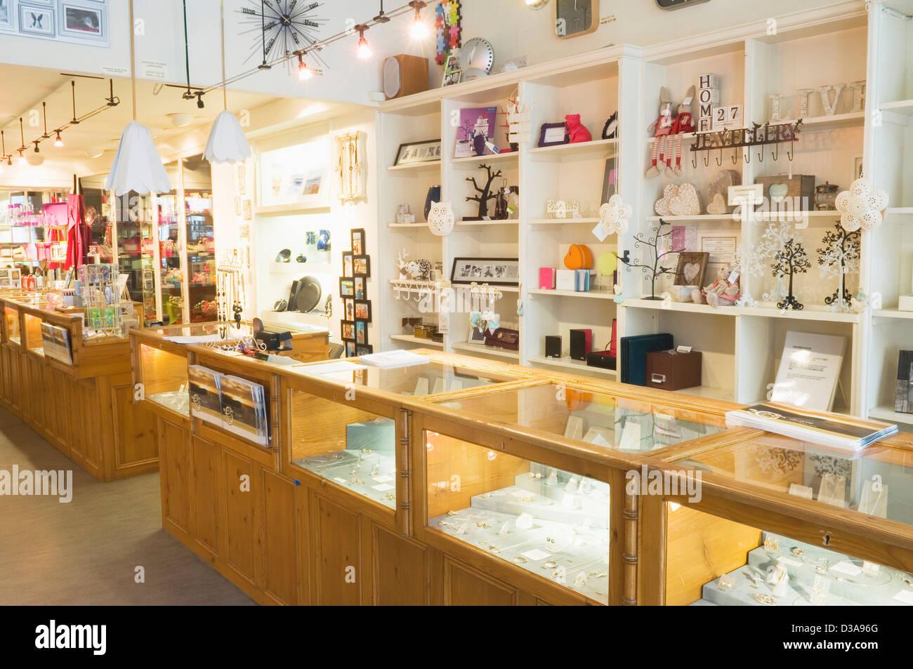 Interieur eines modernen Geschenk-Shops in Kirkwall, Orkney Inseln ...