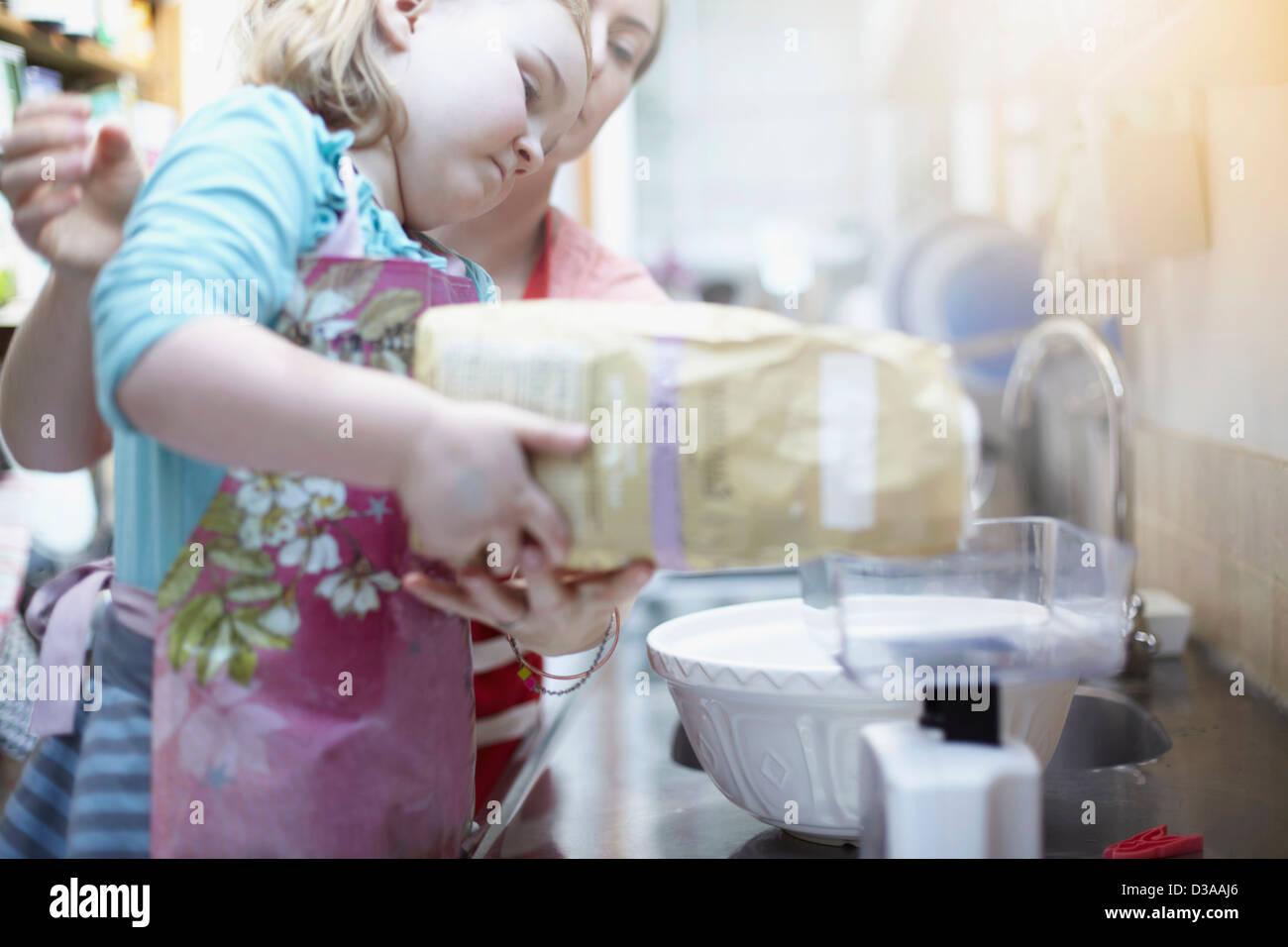 Mutter und Tochter gemeinsam Backen Stockbild