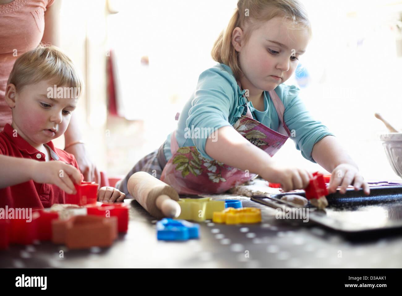 Kinder spielen mit Formen auf Tisch Stockbild