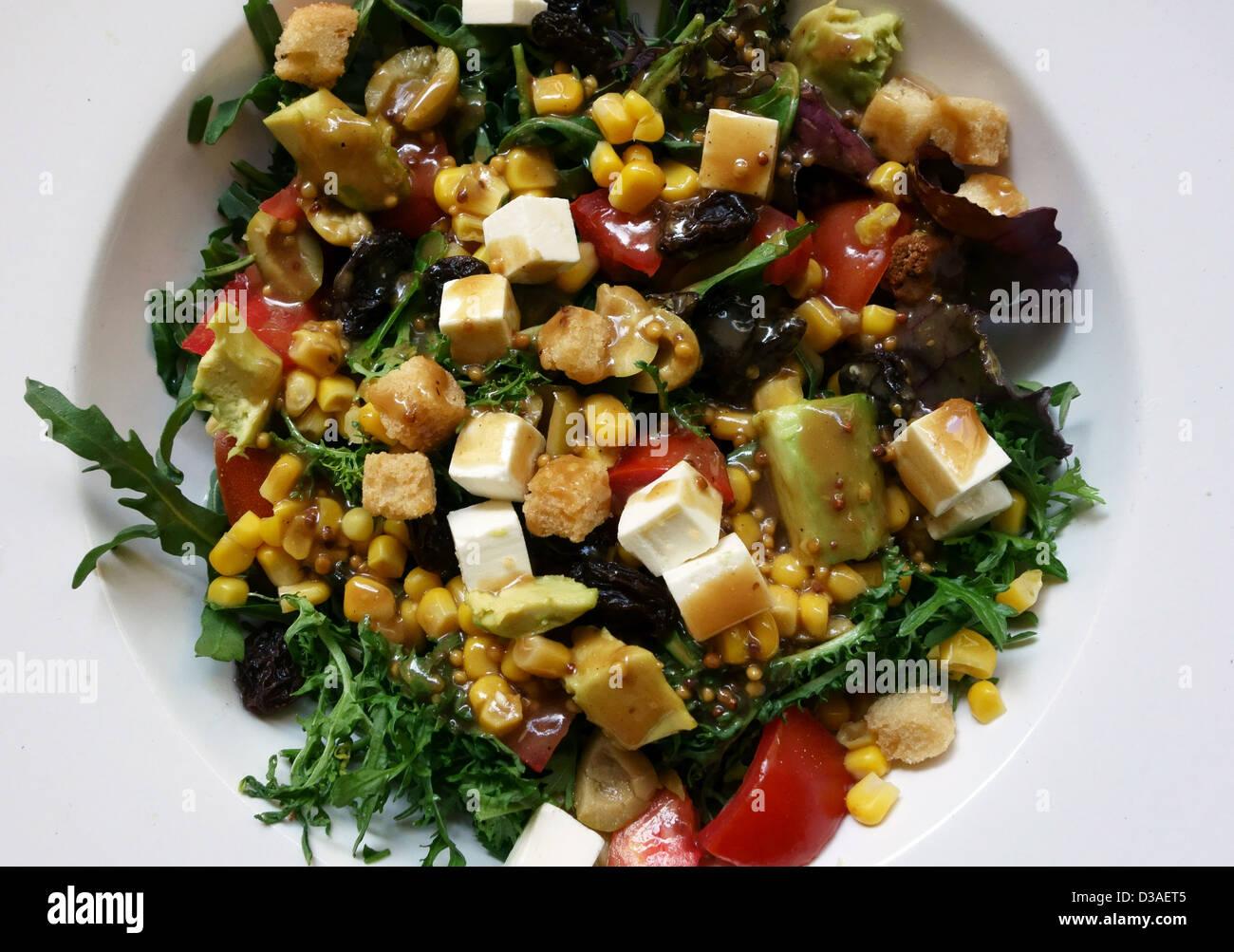 Gekleidet Salat mit Käse und Avocado im spanischen Restaurant in Teneriffa, Kanarische Inseln Stockbild