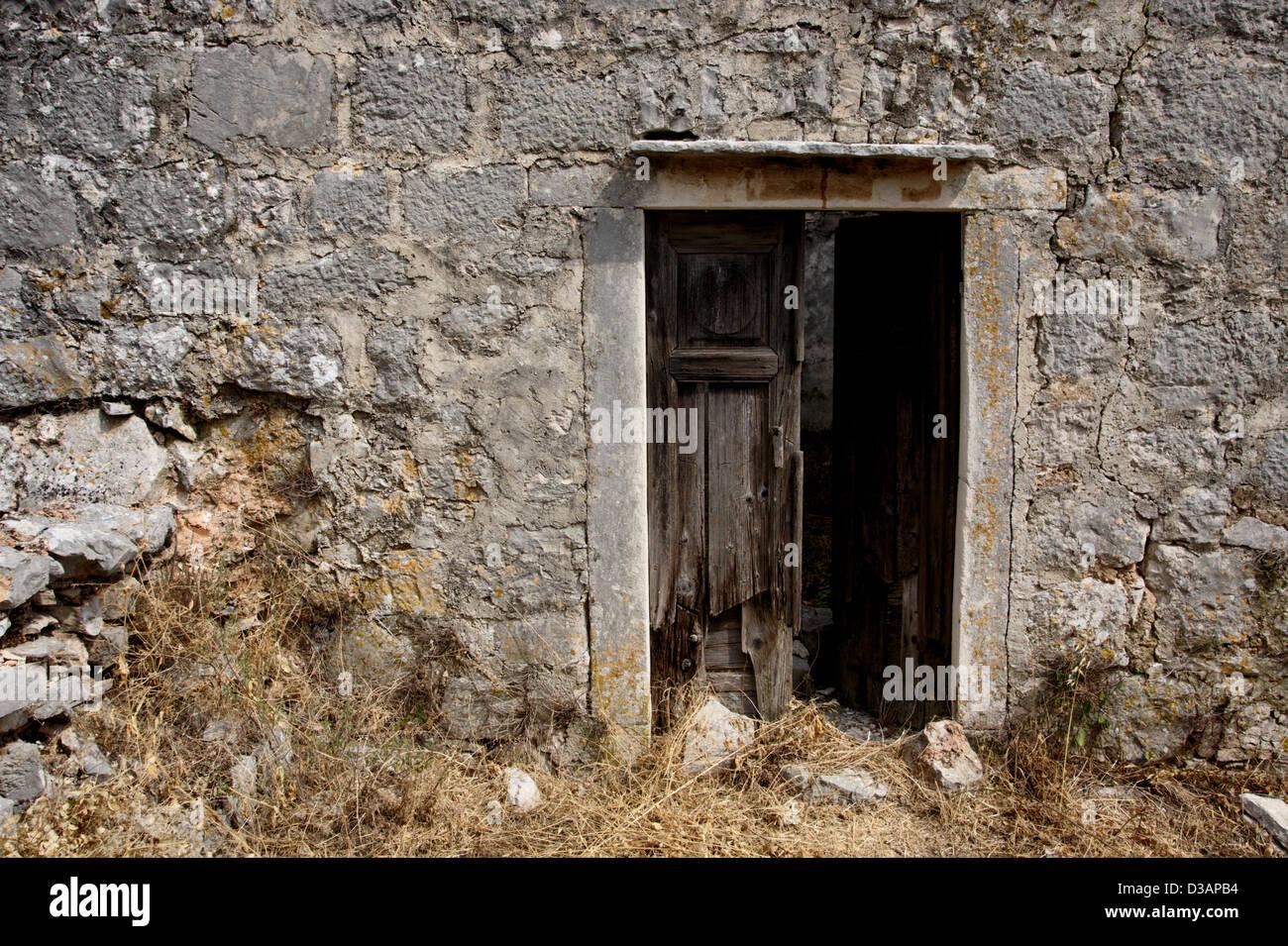Zerstörten Tür in verlassenen Haus. Gutes Beispiel für Horror-im ...
