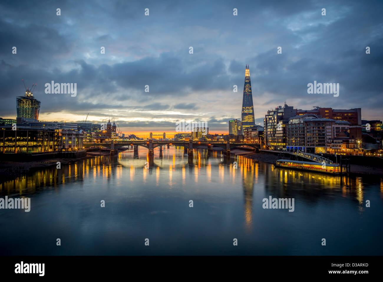 Die Skyline von London in der Morgendämmerung Stockbild