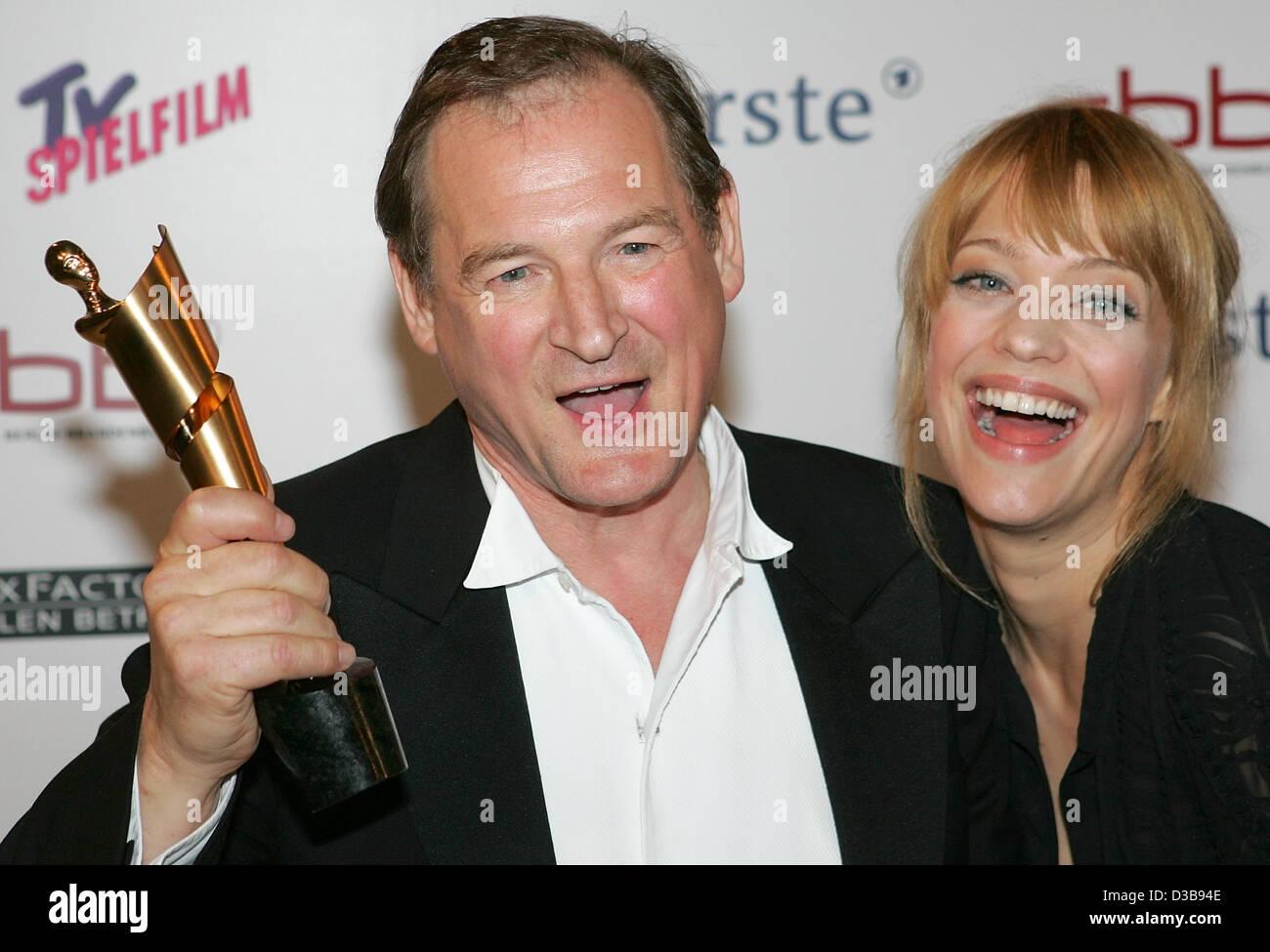 (Dpa) - Schauspieler Burghart Klaußner und seine Kollegin Heike Makatsch freuen uns über seine Trophäe Stockbild