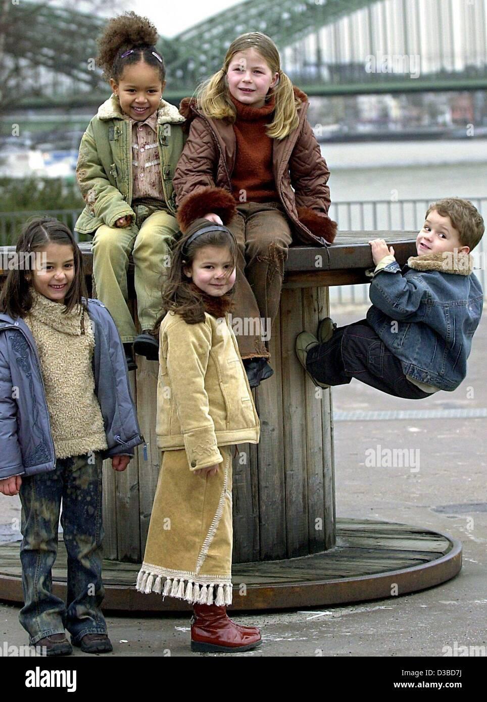 (Dpa) - eine Gruppe von fünf jungen Fotomodellen vorstellen die Mode für den Herbst/Winter-Saison 2003/2004 Stockbild
