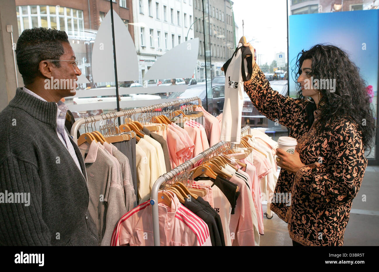 Jermaine Jackson und seiner Freundin im Adidas Store in Berlin, Donnerstag, 21. Juli 2005 Halima einkaufen. Der Stockfoto