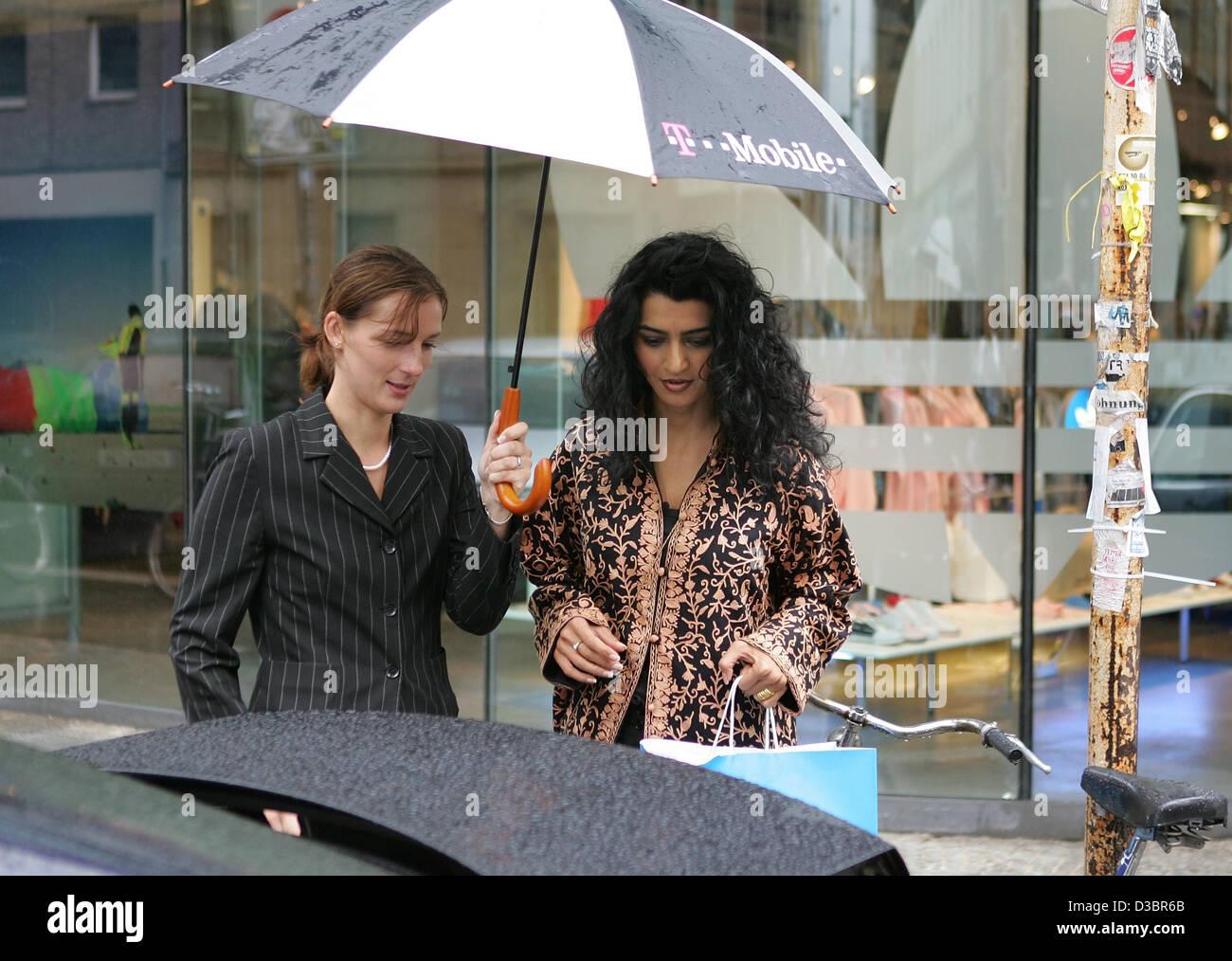 Jermaine Jackson Freundin Halima ist zum Auto von einem Mitarbeiter begleitet werden, nach dem Einkauf im Adidas Stockfoto