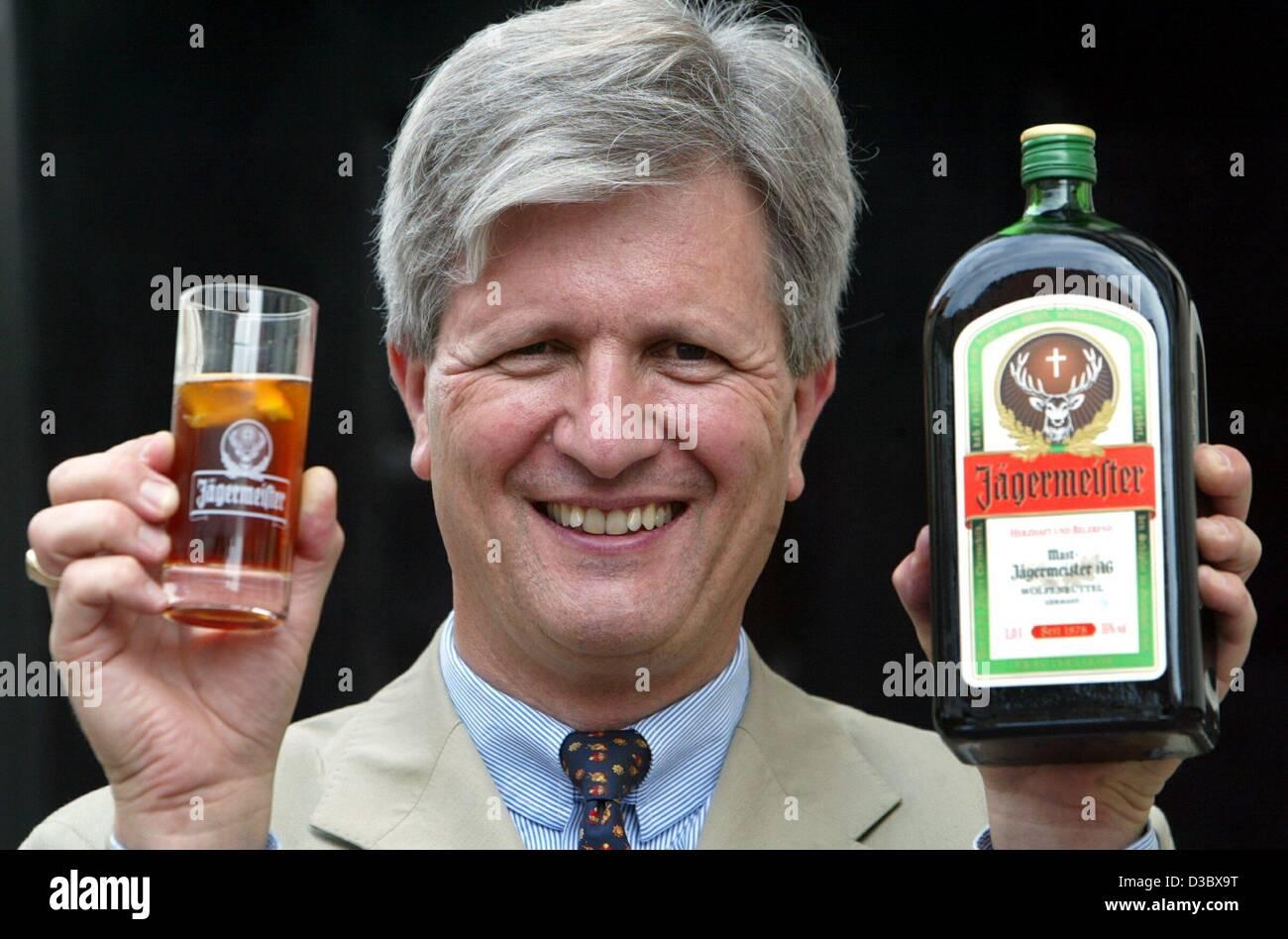 (Dpa) - Hasso Kaempfe, Vorstandsvorsitzender der Mast-Jägermeister AG, stellt eine Flasche und einem Glas Jägermeister Stockbild