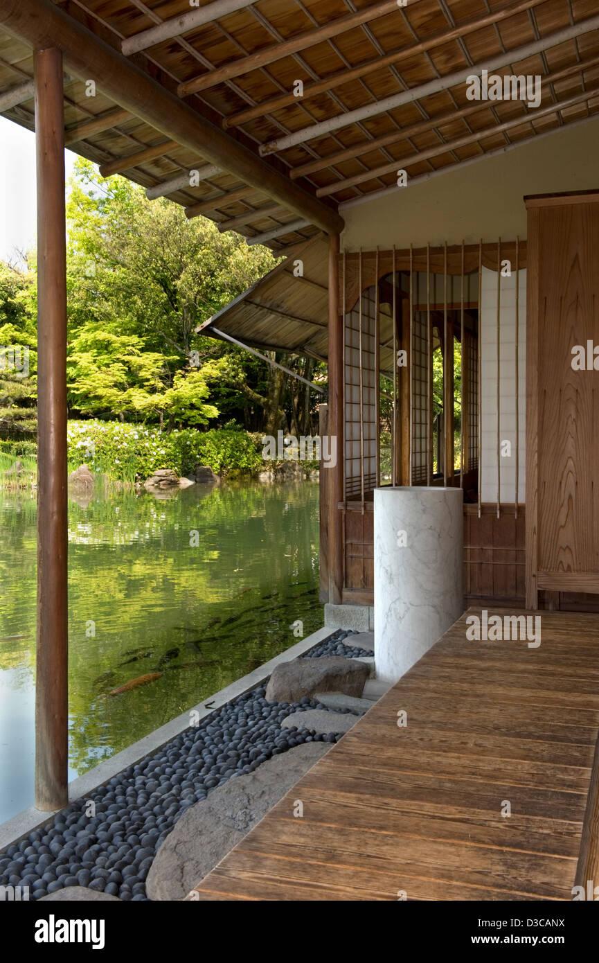Blick Auf Den Garten Und Koi Im Teich Schwimmen Off Nur Terrasse