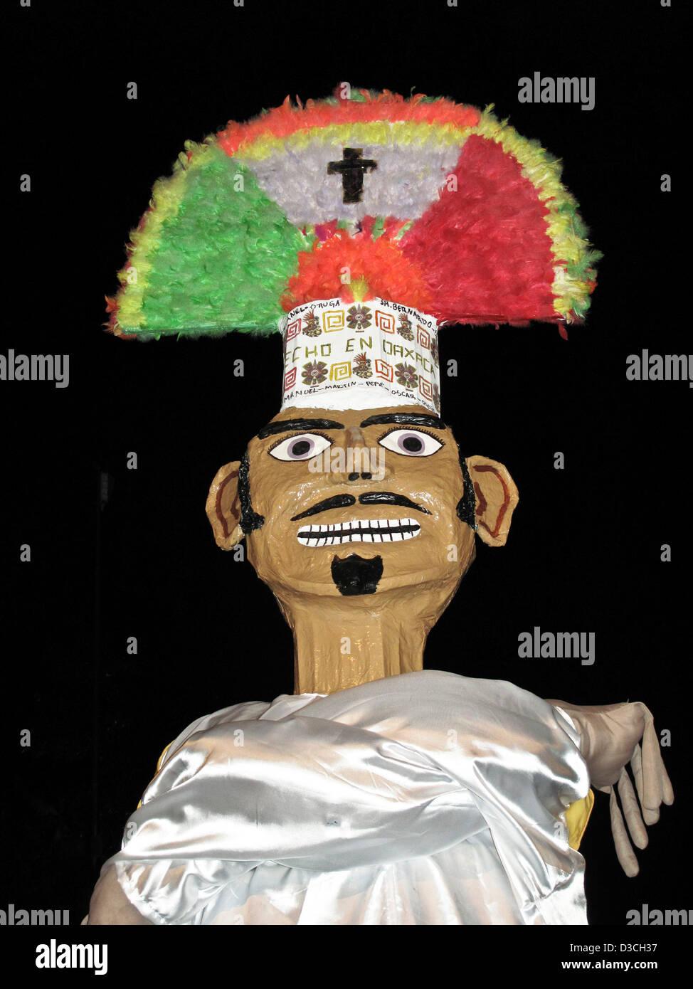 Papier Pappmaché-Kopf der riesigen Gigante Marionette Tänzerin mit prächtigen Federschmuck Tanz in Stockbild