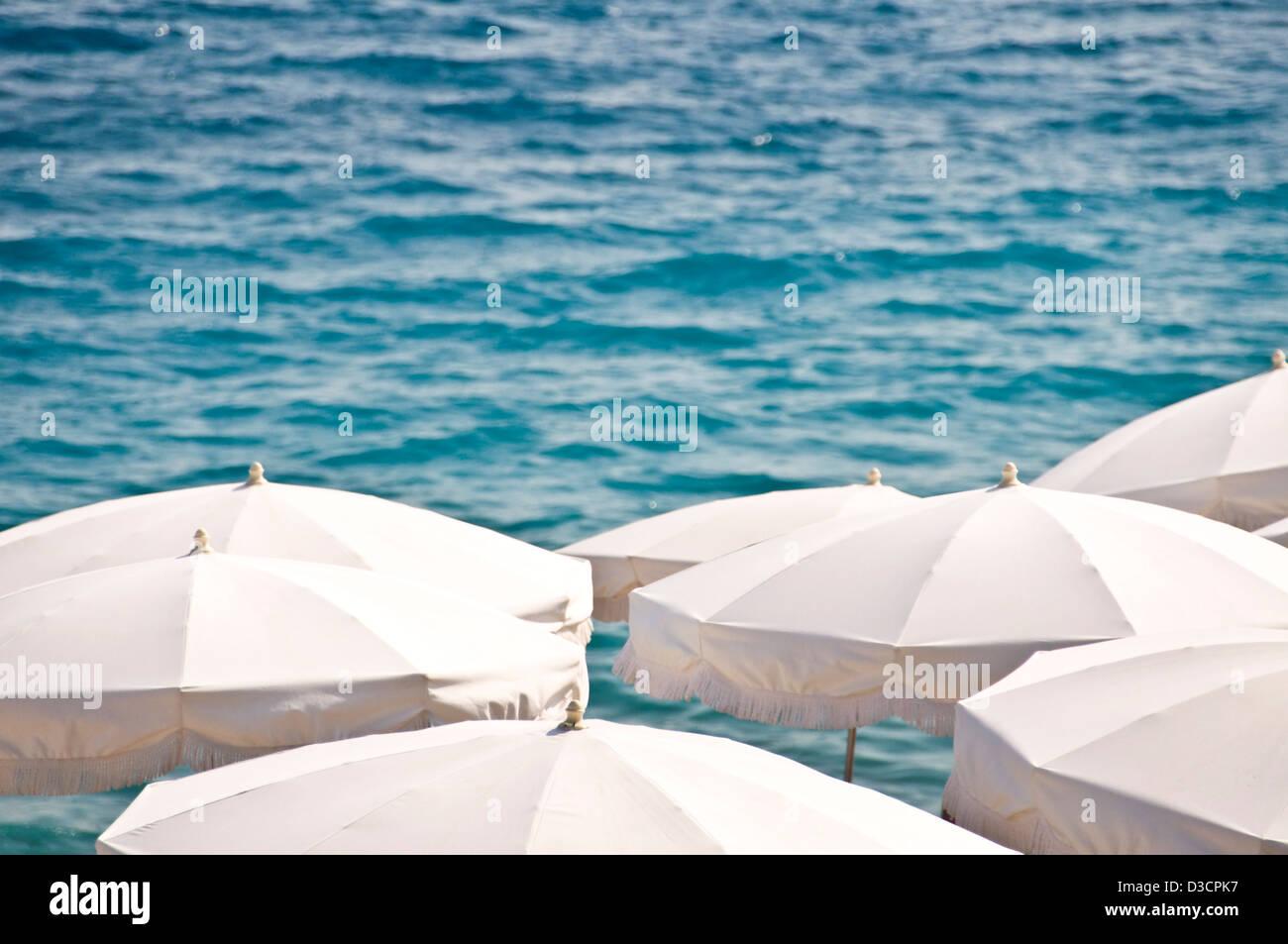 Eigener Strand mit weißen Sonnenschirmen, Meer im Hintergrund Ansicht von oben - Nizza, Frankreich Stockbild