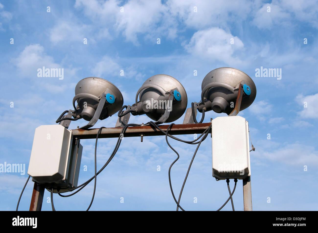 Drei Beleuchtung Lampen auf blauen Himmel mit weißen Wolken Stockbild