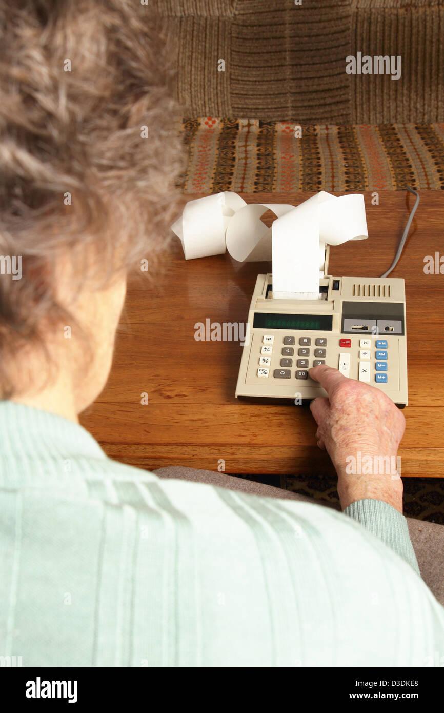 Älteren Menschen mit Taschenrechner Stockbild