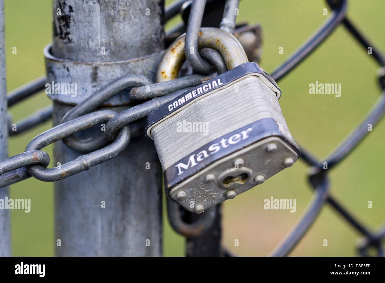 Das Tor von einem Maschendrahtzaun gesichert mit einem No5 ...
