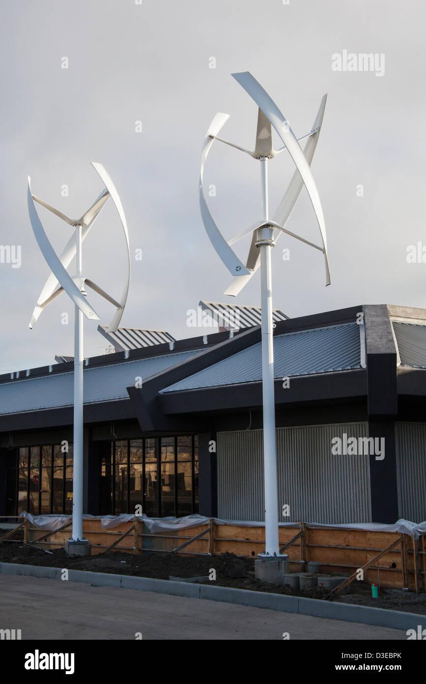 Zwei vertikale Achse Windkraftanlagen im Zero Net Energy Center im Bau in San Leandro, Kalifornien. Stockbild