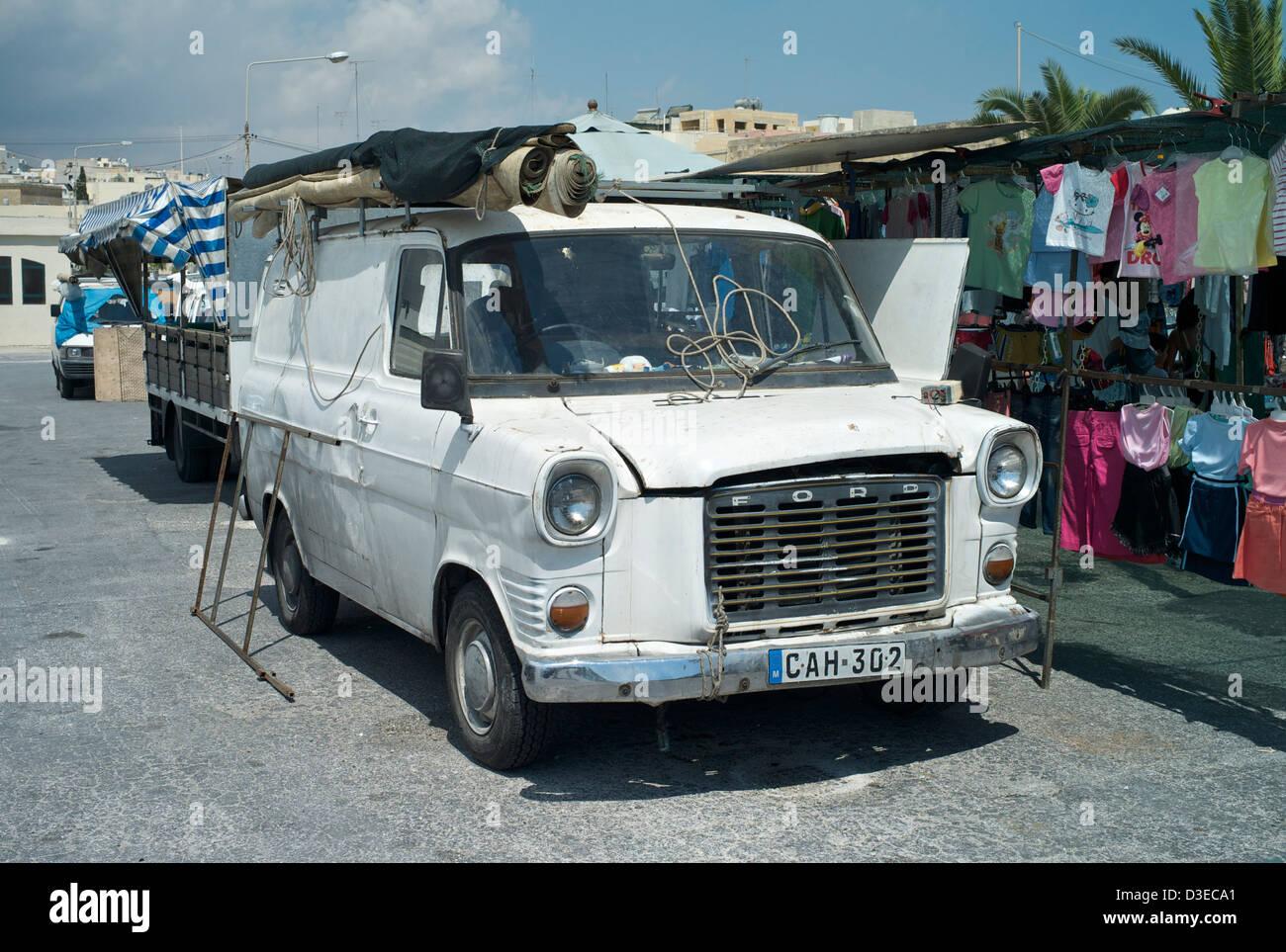 Alten Weissen Ford Transit Van Parkte Am Strassenmarkt Marsaxlokk