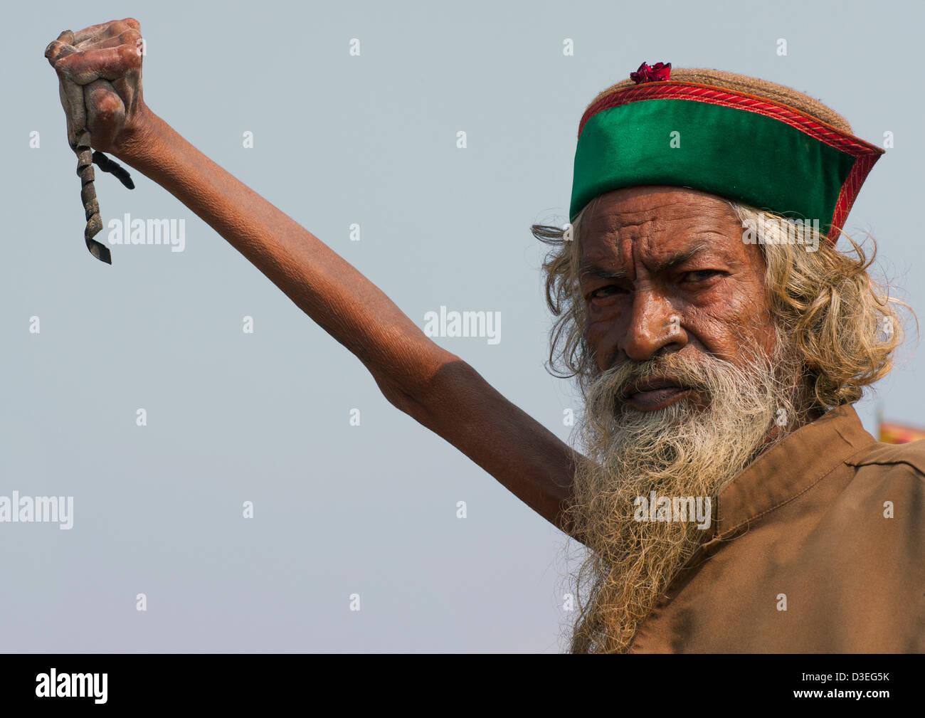 Sadhu Amar Bharati hält seinen Arm, für 38 Jahre, Maha