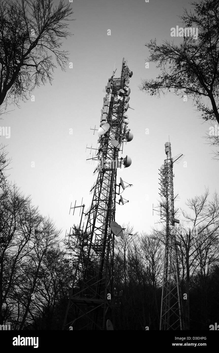 Satellitenschüsseln in einen hölzernen Turm Stockbild