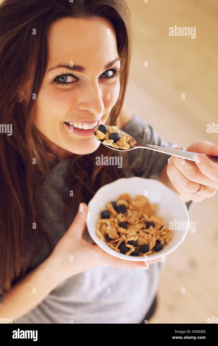 Nahaufnahme von einer attraktiven Frau essen ihr morgen snack Stockbild