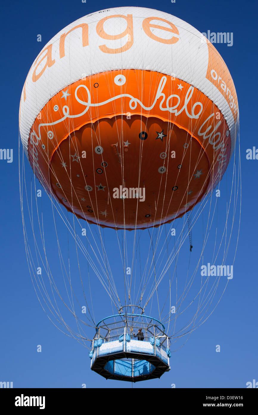 Orange Stacja Balon Helium Ballon Neben Der Fusse Brcke In Warschau Polen