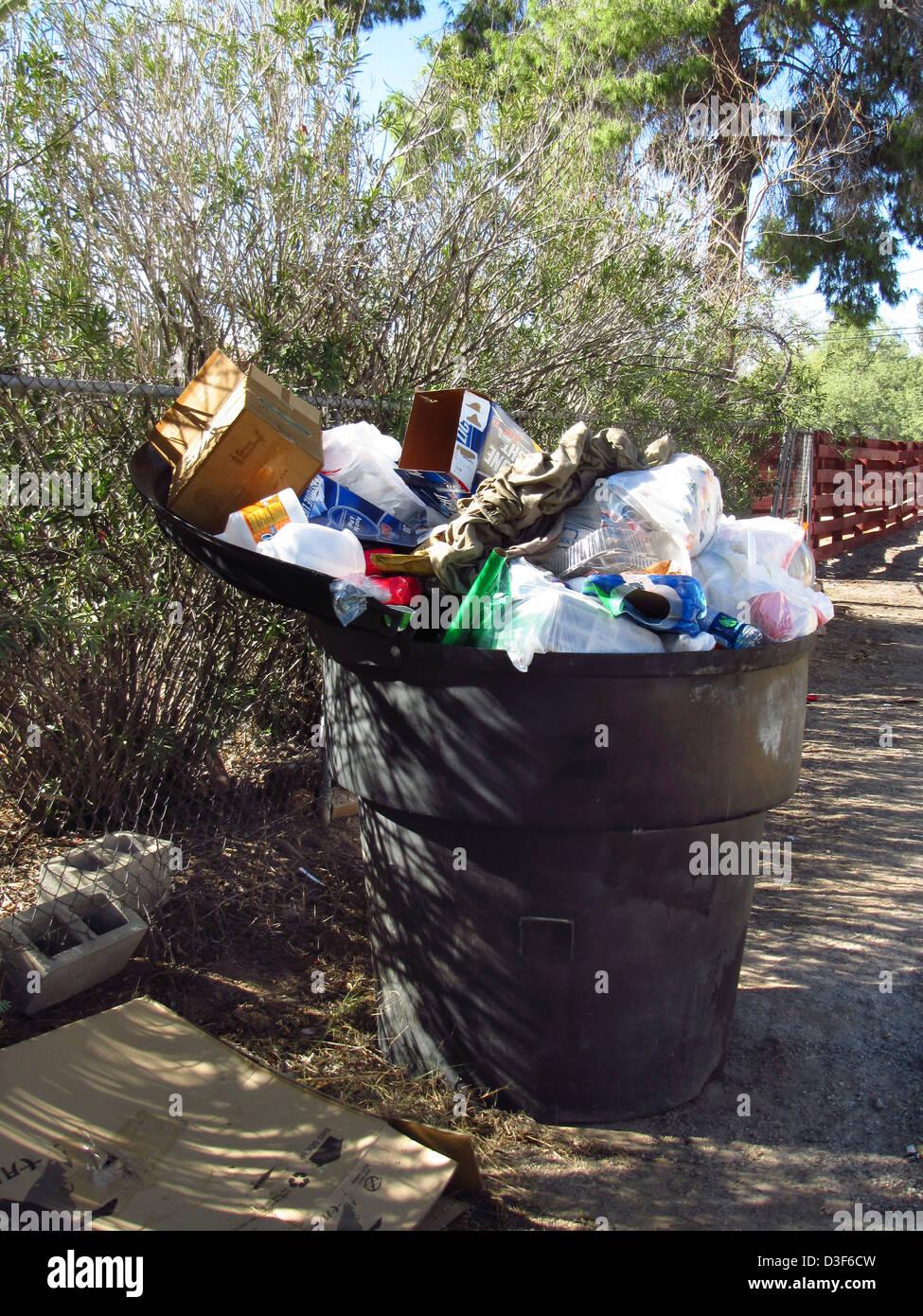 Wohngebiet Müll Müllcontainer überfüllt mit Müll Stockbild