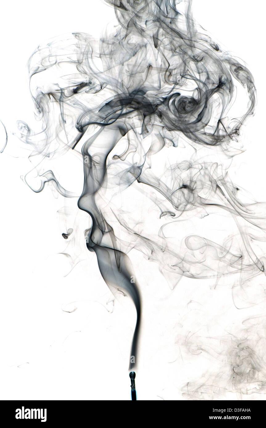 Rauch aufsteigt und wirbeln Stockbild