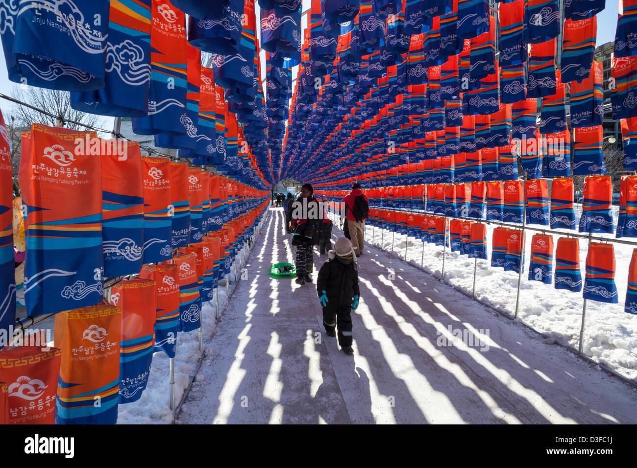 Ottawa, Kanada, 18. Februar 2013.  Besucher von Ottawa Winterlude Fuß durch die Tunnel der Laternen am Confederation Stockbild