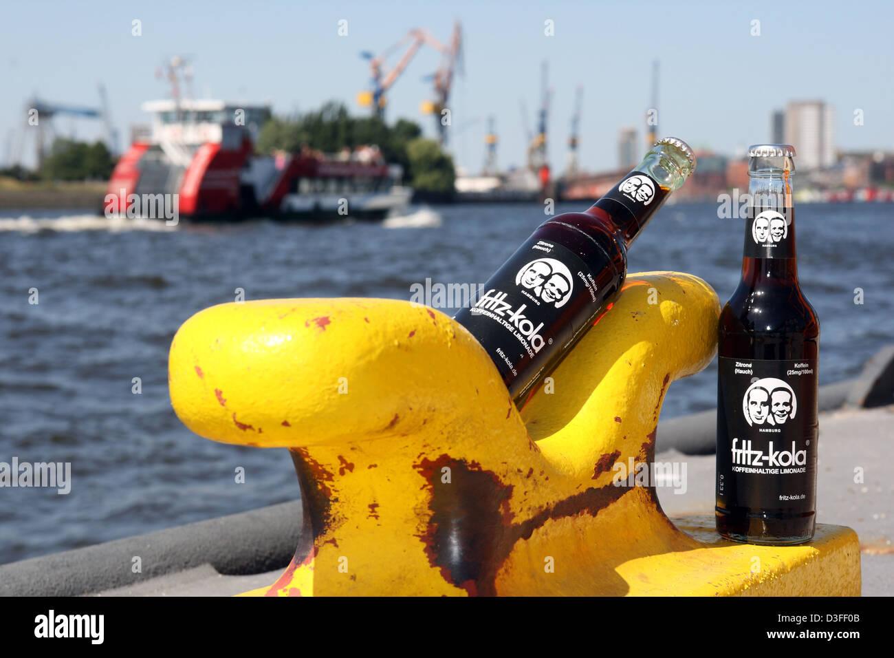 Hamburg, Deutschland, Fritz-Kola Flaschen im Hamburger Hafen ...