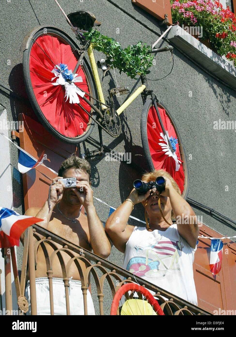 (Dpa) - stehen zwei Zuschauer auf ihre geschmückten Balkon, welche thematisiert die Tour de France und Spion durch Stockfoto