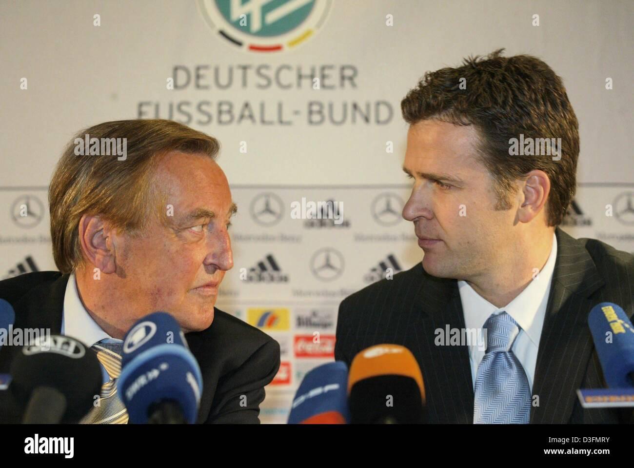 (Dpa) - Gerhard Mayer-Vorfelder (L), Vorsitzender des deutschen Fußball-Bund DFB und Oliver Bierhoff, Teammanager, Stockfoto