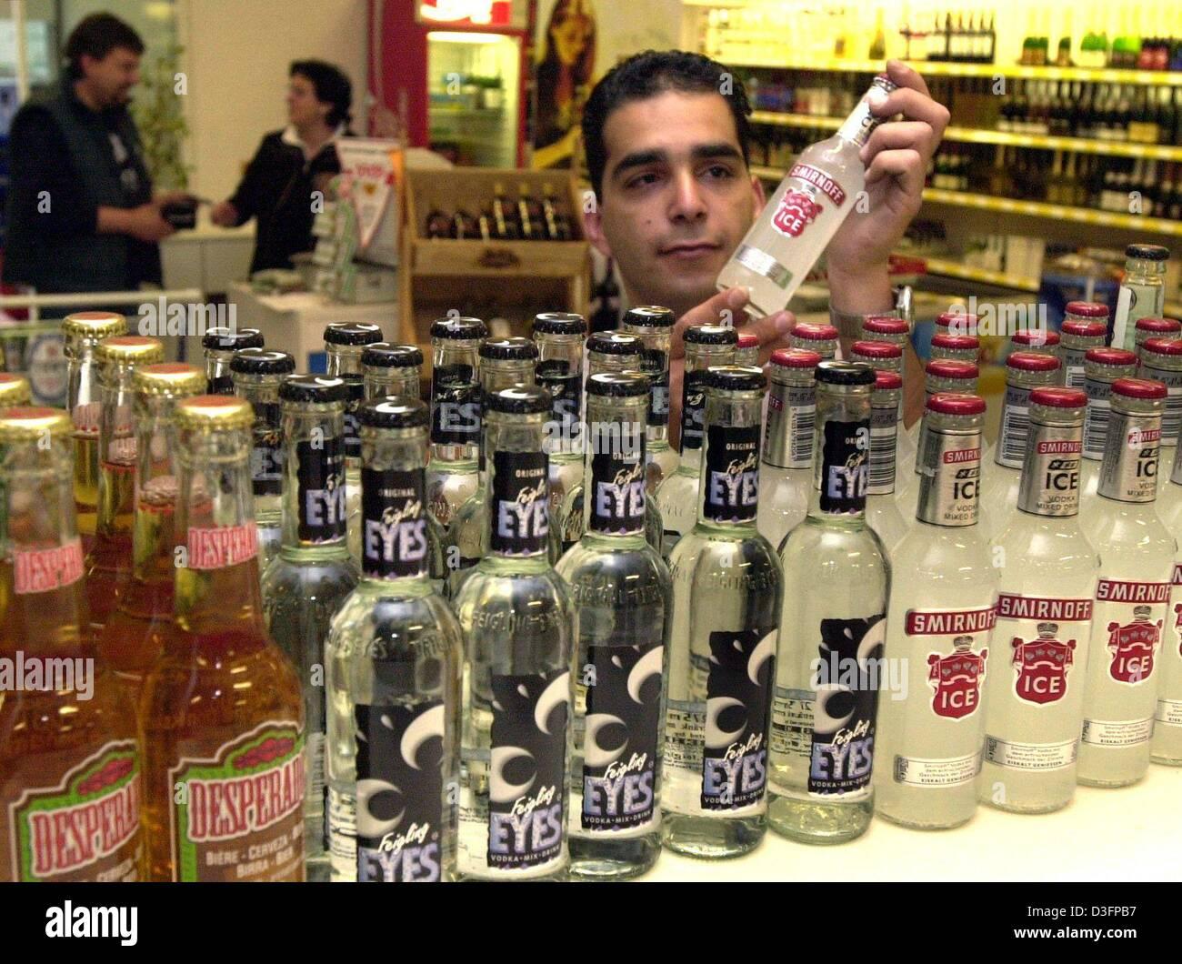 Dpa Ein Mitarbeiter Stellt Eine Flasche Die Alkoholische Mischung Trinken Smirnoff Ice In Einem Supermarkt In Stuttgart Deutschland 13 Mai 2003 In Deutschland Ist Die Wodka Mischung Aus Smirnoff Eines Der Beliebtesten