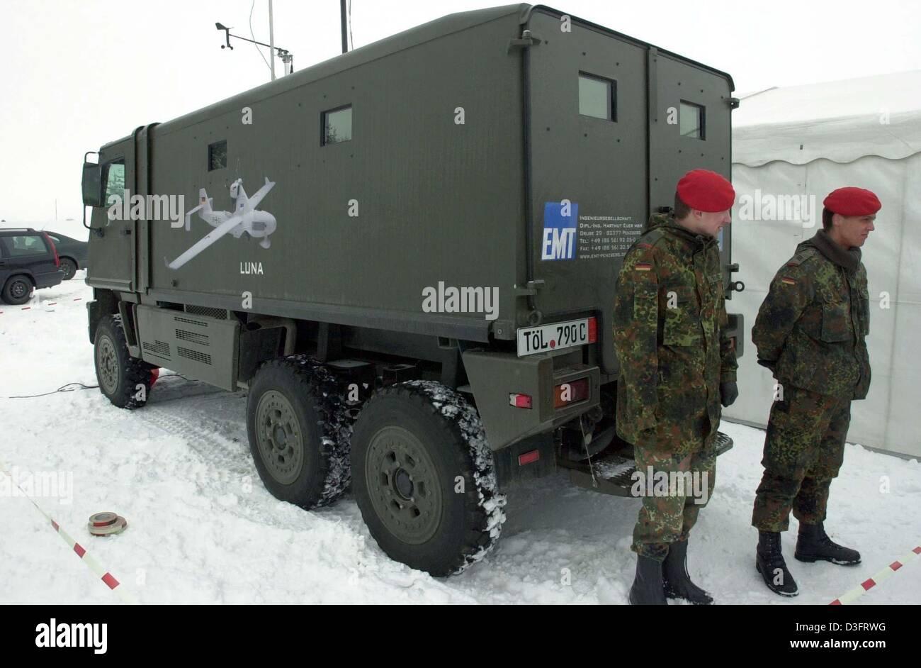 dpa zwei soldaten der bundeswehr bewachen die lkw mit. Black Bedroom Furniture Sets. Home Design Ideas
