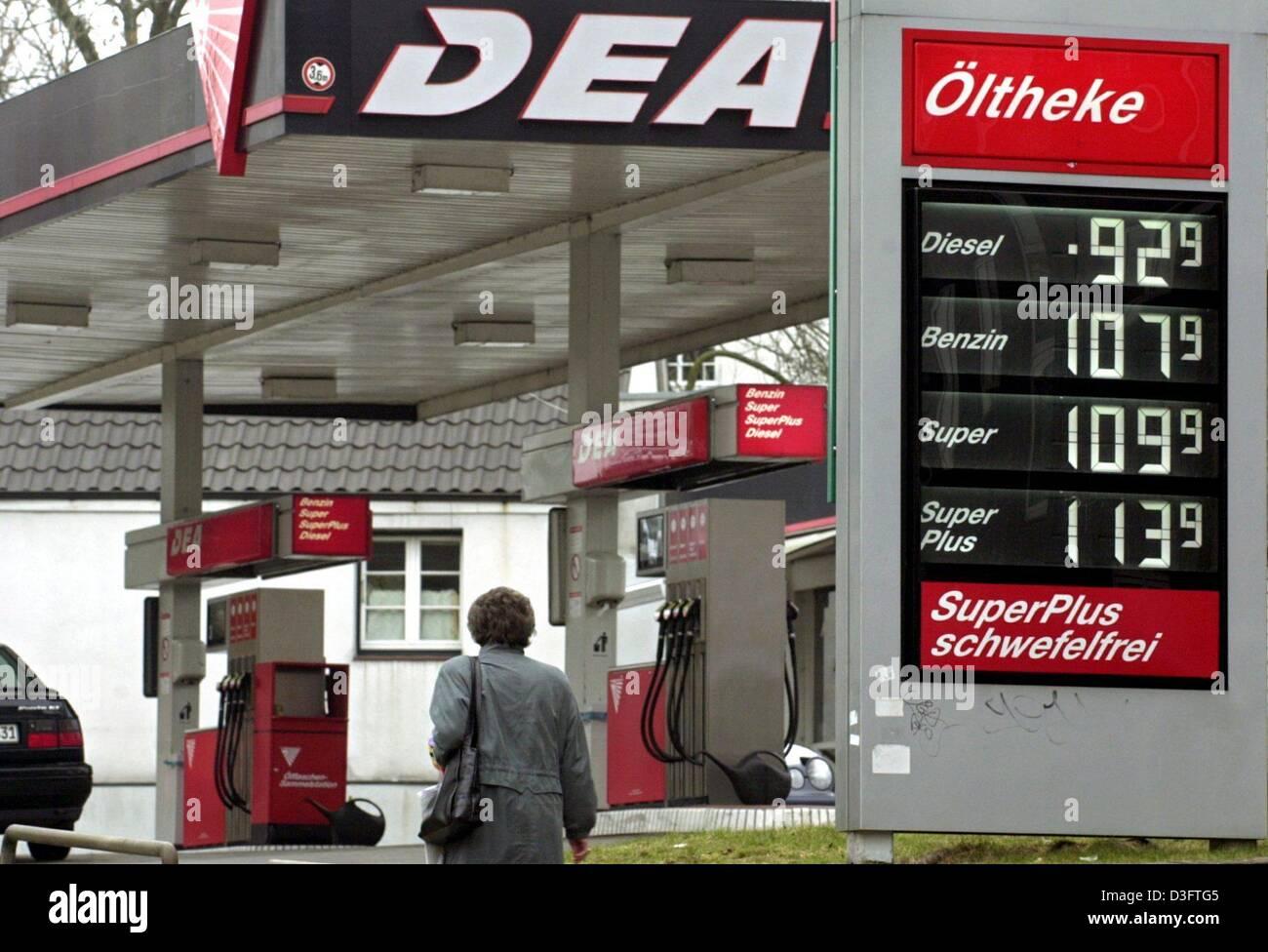 dpa ein passant geht vorbei an einer dea tankstelle in hamburg 5 m rz 2003 der benzin. Black Bedroom Furniture Sets. Home Design Ideas