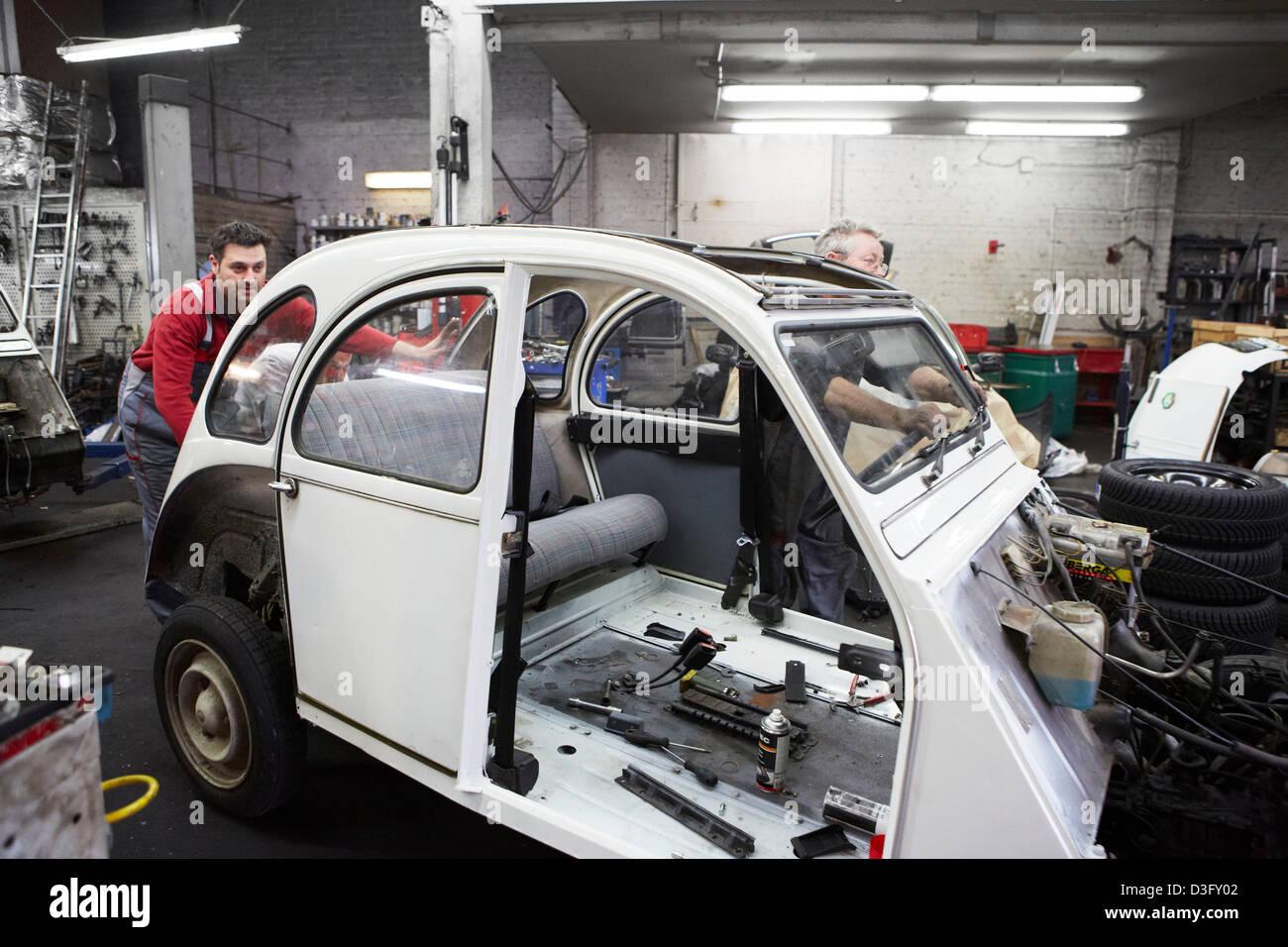 Kfz-Mechaniker bei der Arbeit in ihrer Autowerkstatt Stockfoto, Bild ...