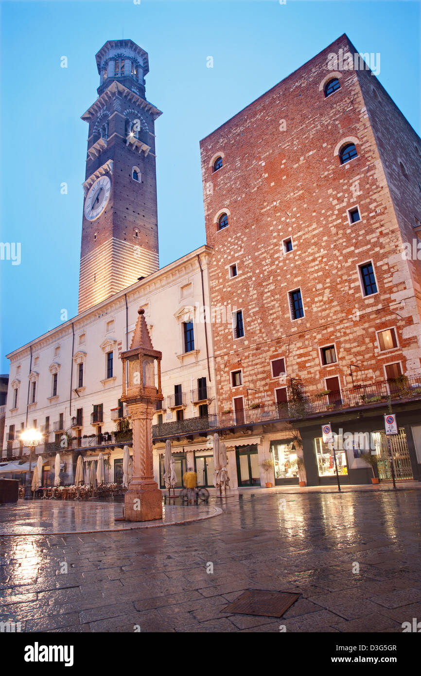 Verona - Piazza Erbe und Lamberti Turm in sar?? Dämmerung Stockbild