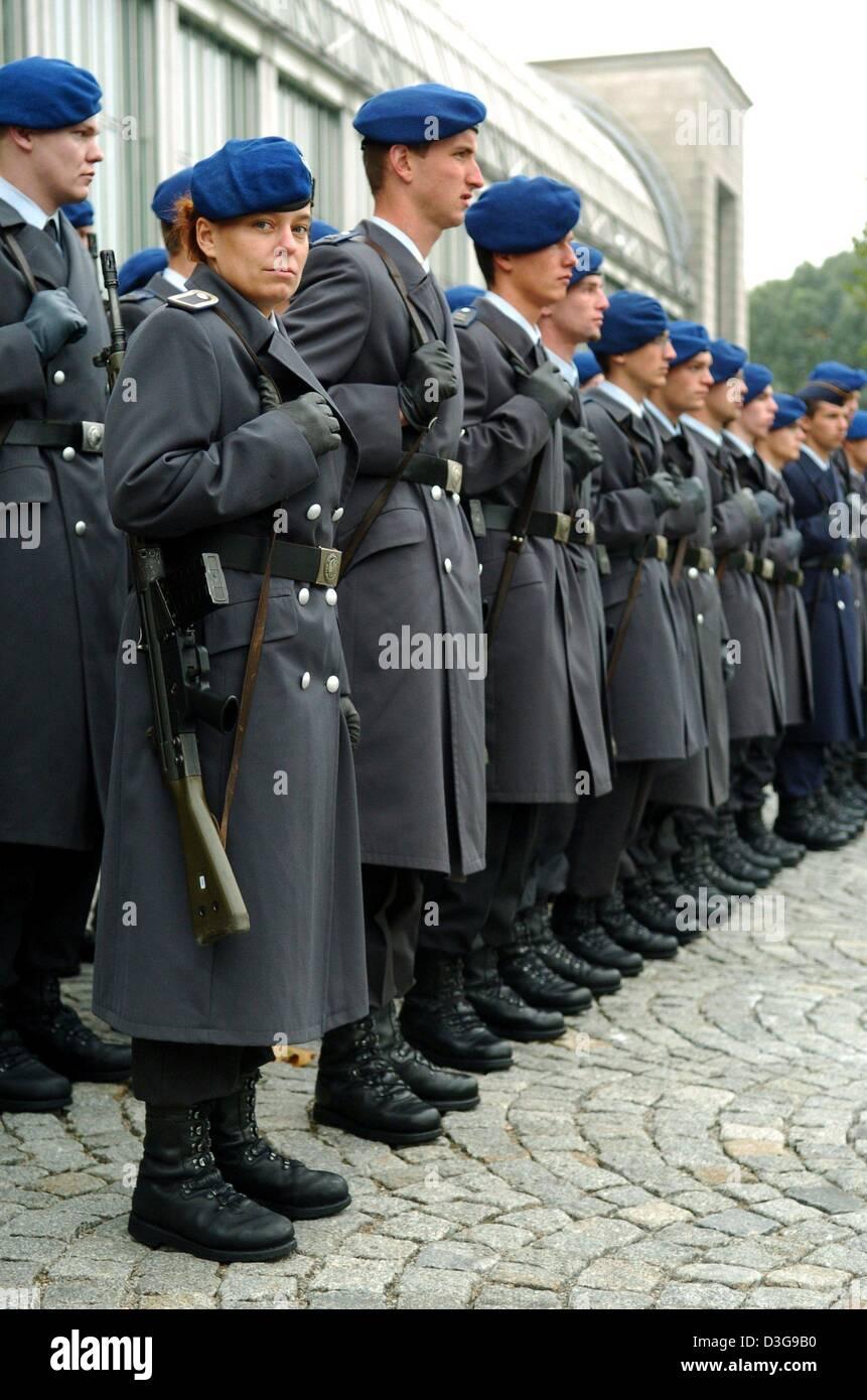 Sanitäter bundeswehr  Dpa) - eine Soldatin der Sanitäter Dienst der Bundeswehr lächelt in ...